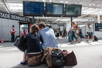 Passagers attendant en gare de Rennes suite à une panne de signalisation en gare de Paris Montparnasse le 1er août 2017