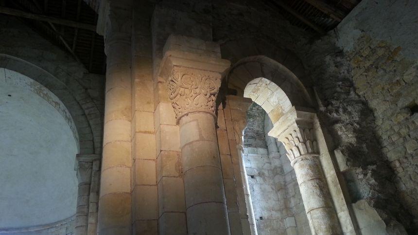 La nef recèle de merveilleux chapiteaux illustrant l'enfer et le paradis.