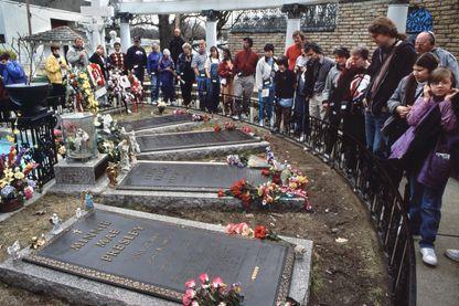Moment de recueillement pour les fans qui défilent devant la tombe d'Elvis (et sa famille) à Graceland, Memphis