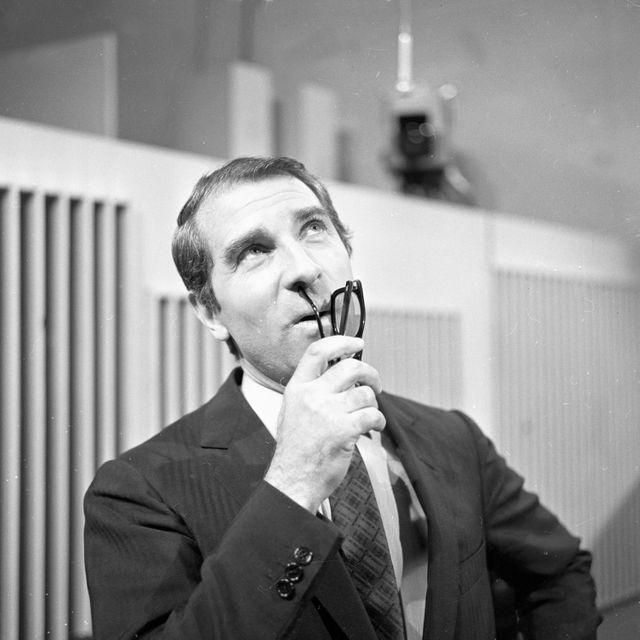 """Le comédien Jean Poiret photographié lors d'une mimique pendant l'enregistrement de l'émission télévisée """"grands enfants : La récréation"""""""