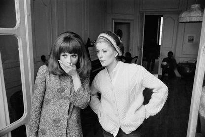 """Catherine Deneuve et Françoise d'Orléac sur le tournage des """"Demoiselles de Rochefort""""."""
