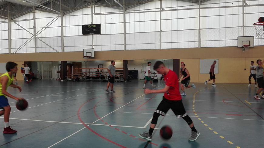 Jérôme Heuzard, directeur du camp d'été du Sablé Basket en plein exercice avec les jeunes participants