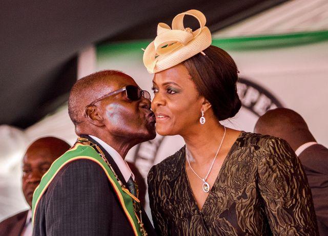 Au Zimbabwe, Robert Mugabe, 93 ans connait actuellement quelques ennuis avec son épouse Grace, accusée d'agression