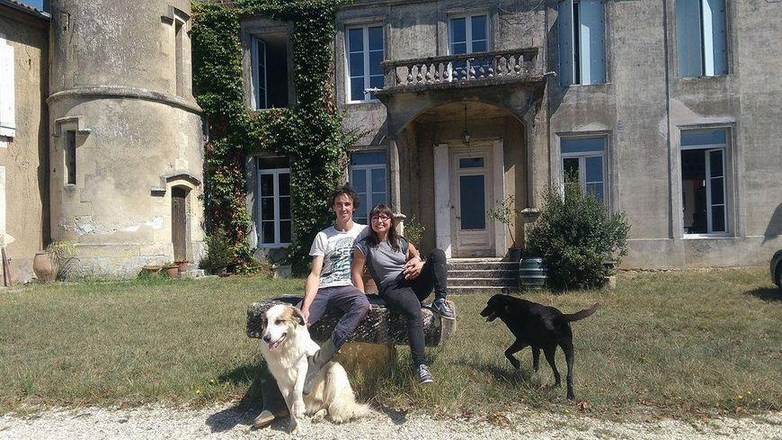 Bastien et Anaïs, couple de jeunes vignerons, et leurs chiens Mirza et Brune.