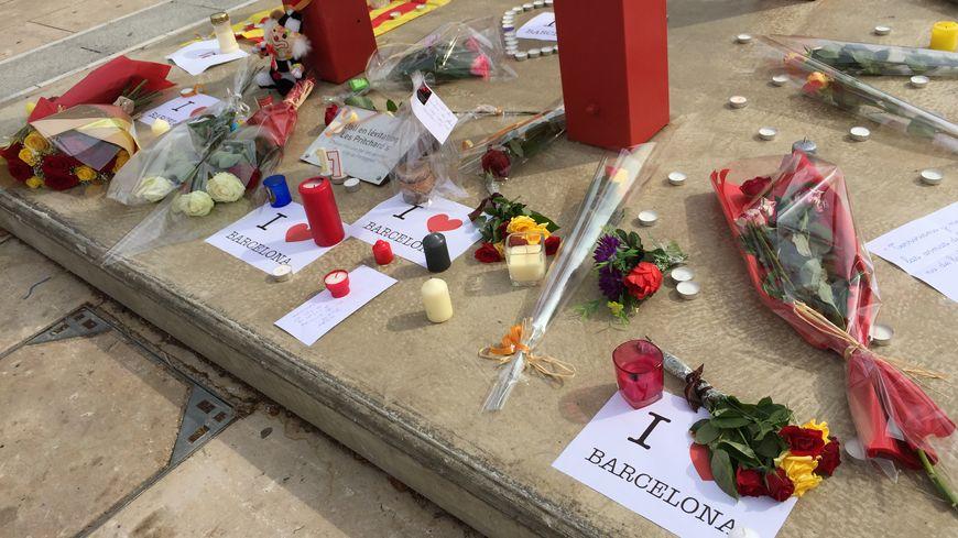 Des bougies, des fleurs, des mots de soutien place de Catalogne à Perpignan