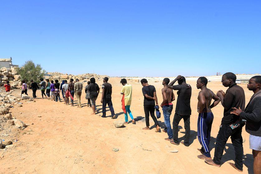 Des migrants venus de plusieurs pays africains sont dirigés vers un centre de détention près de Garabulli  en Libye