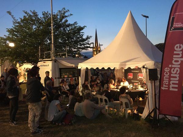 Le public se rassemble devant la tente France Musique, alors qu'on rediffuse un concert de la veille en attendant (impatiemment) celui du soir.