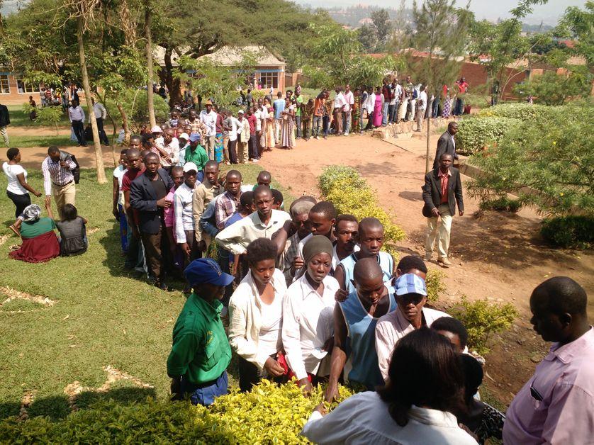 File devant un bureau de vote à Kigali, Rwanda le 18 décembre 2015