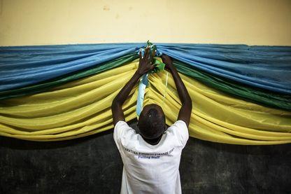Installation d'un bureau de vote au Rwanda