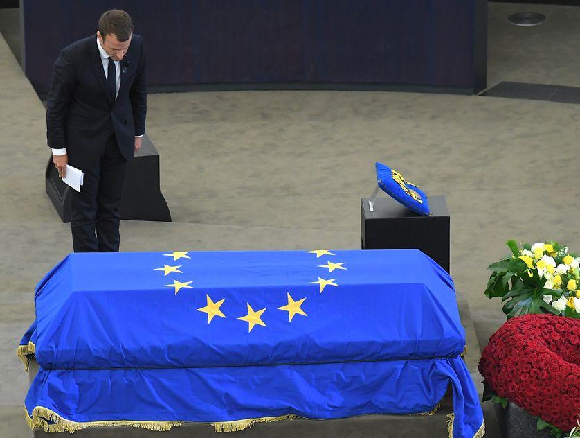Emmanuel Macron devant le cercueil de l'ancien chancelier allemand, Helmut Kohl, en juillet 2017 au Parlement européen