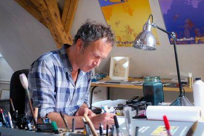 Zep dans son atelier