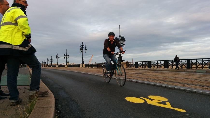 """Les cyclistes sont désormais les """"rois"""" du bitume sur le Pont de pierre"""