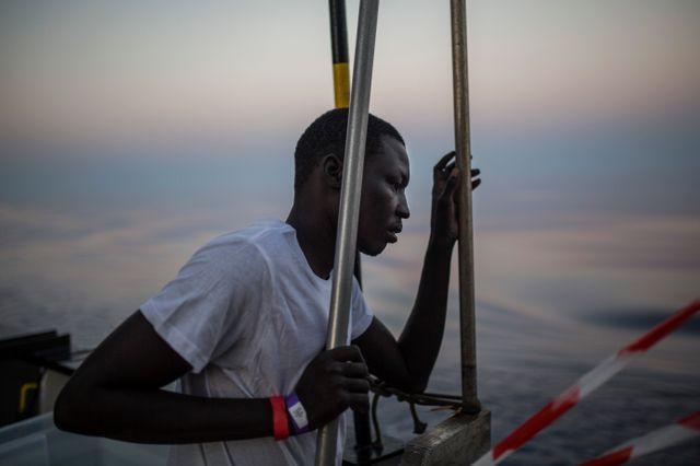 De nombreux migrants viennent des régions pauvres de l'Afrique subsaharienne, fuyent la violence de leur pays d'origine. Ils espèrent une vie meilleure dans une Europe prospère.