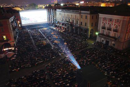 Grande séance de cinéma en plein air sur la Piazza Grande à Locarno à l'occasion du festival international du film