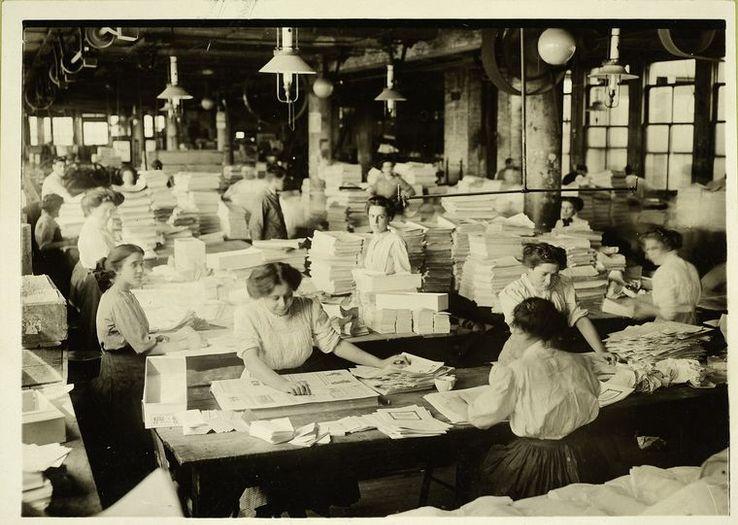 Femmes pliant les journaux du matin, début XXème.