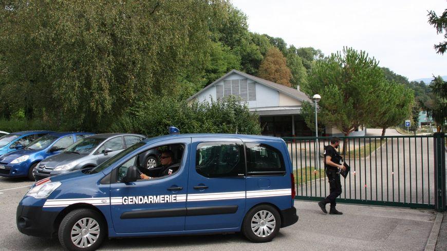 Les gendarmes chargés de l'enquête et la salles des fêtes du Pont-de-Beauvoisin où a disparu Maëlys le dimanche 27 août 2017