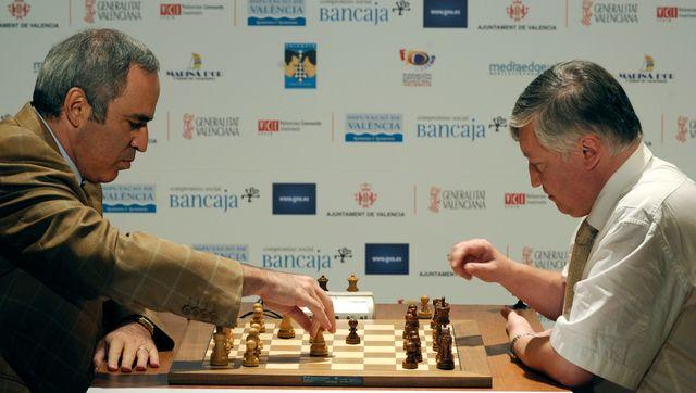 Garry Kasparov face à son éternel rival Anatoli Karpov.