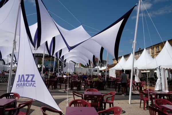 La place principale de Marciac, avec la scène du Festival Bis et les nombreuses terrasses de café.
