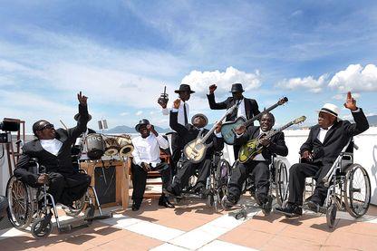 """L'équipe des musiciens de """"Benda Bilili"""" (héros du documentaire éponyme de Renaud Barret et Florent de La Tullaye) sur la terrasse du toit du Palais Stéphanie lors du Festival de Cannes 2010"""
