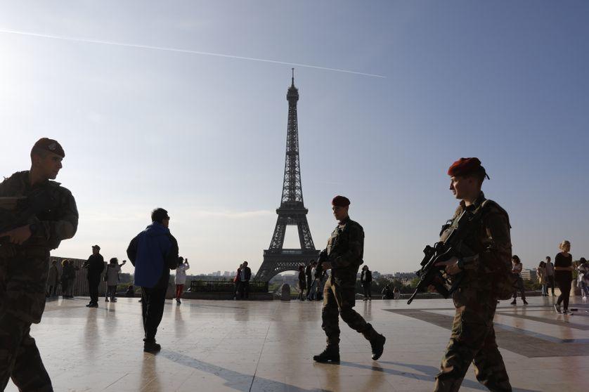 Des soldats de l'opération Sentinelle patrouillent devant la tour Eiffel à Paris, le 23 avril 2017