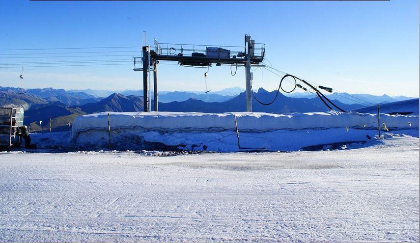 Sur certains glaciers des bâches ont été installées l'été pour protéger la neige.