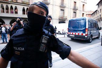 La police espagnole poursuivait samedi la traque d'un des derniers membres encore en fuite de la cellule qui a commis les attentats de Barcelone et Cambrils.