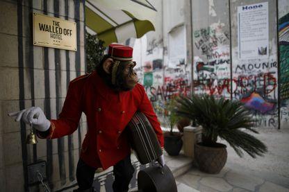 Ce singe (sculpté) accueille les visiteurs du Walled Off Hotel