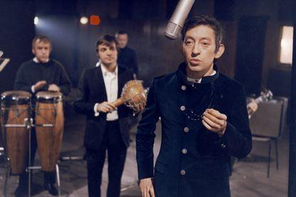 """Serge Gainsbourg sur le tournage du film de Georges Lautner, """"Le Pacha"""" en 1967"""