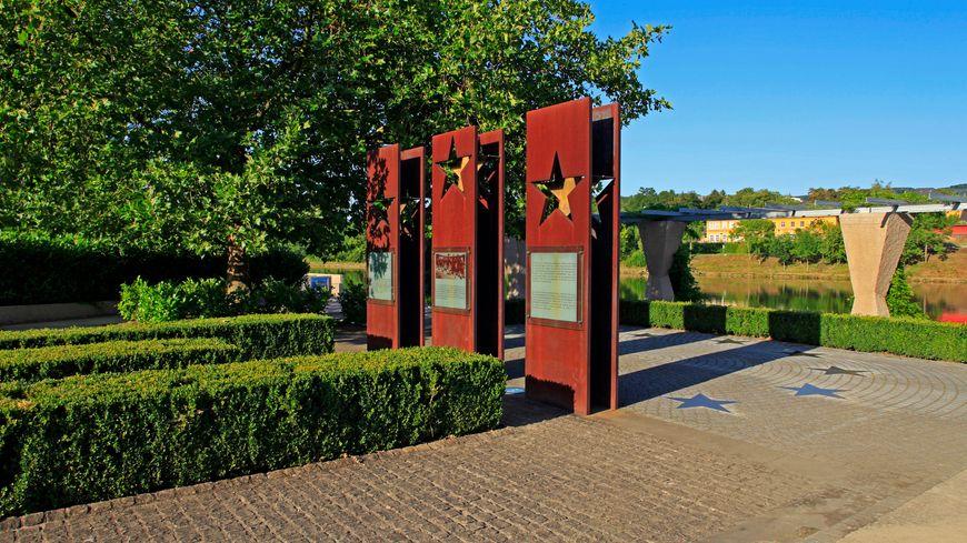 Le monument de Schengen, sur les bords de la Moselle.
