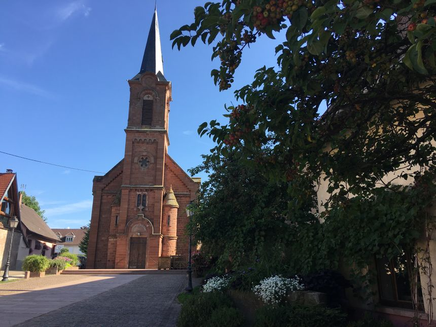 Mittelbergheim, la place de l'église catholique et place du Marché tous les mercredis à 17h