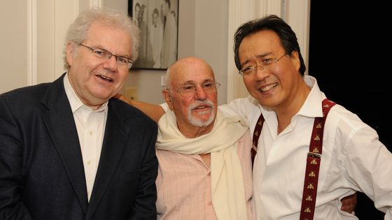 David Zinman entouré de Yo-Yo Ma et du pianiste Emmanuel Ax, à Tinglewood, en 2012.