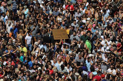 """Manifestation massive sur les Ramblas à Barcelone au lendemain d'un double attentat revendiqué par Daech. Sur la bannière on peut lire """"Barcelone unie contre le terrorisme""""."""
