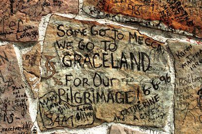 Quelques messages d'hommage à Elvis Presley laissés sur les murs de Graceland à Memphis