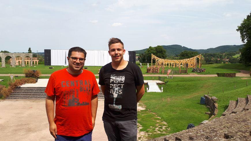 Mickaël Guijo, l'organisateur, et Thomas, acteur bénévole.