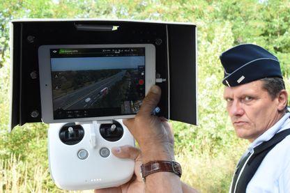 Des policiers français utilisent un drone pour surveiller les conducteurs sur l'autoroute A10 à Virsac le 7 juillet 2017.