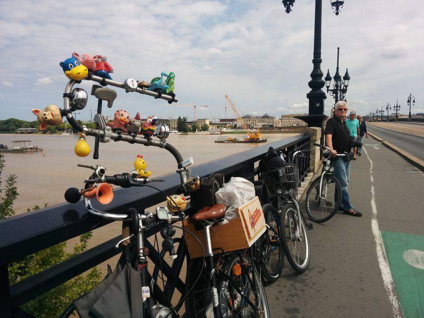 On trouvait de drôles de vélos ce mardi 1er août sur le Pont de pierre