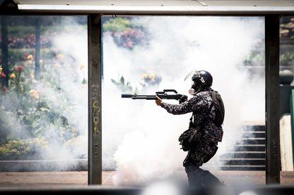 Les manifestants de l'opposition prennent les rues de Caracas, au Venezuela, lors de l'élection de l'Assemblée nationale le 30 juillet 2017