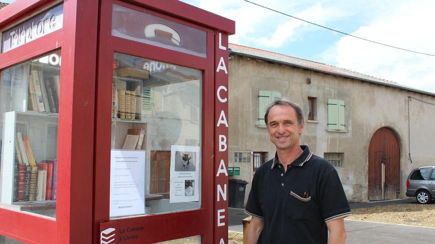 La cabane à livres de Ville-en-Vermois a été aménagée en février 2017. Le maire du village, Jean-François Guillaume, affirme qu'elle n'a presque rien coûté à la commune.