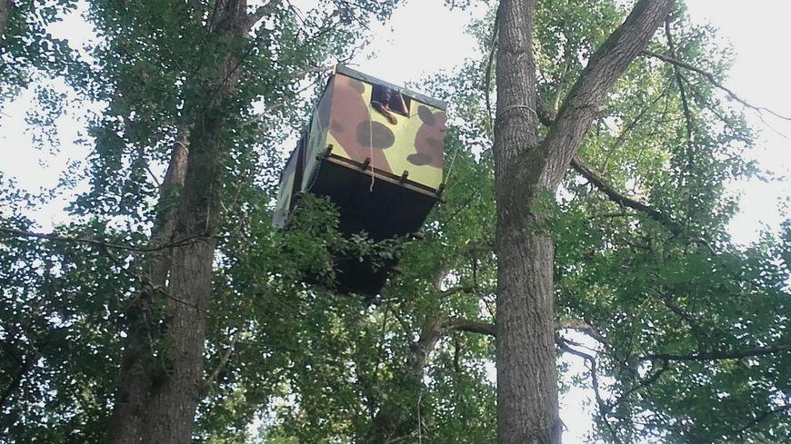 une nouvelle cabane anti gco dans les arbres contre les premiers travaux de d boisement. Black Bedroom Furniture Sets. Home Design Ideas