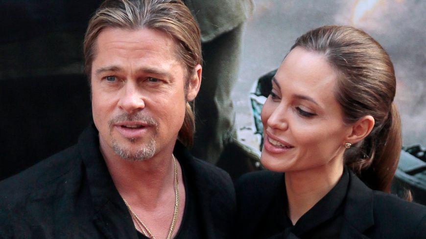 Brad Pitt et Angelina Jolie posent côte à côte sur l'avenue des Champs Elysées en juin 2013.