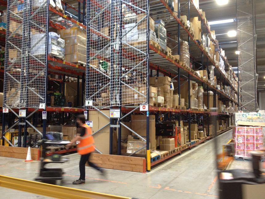 C'est dans ce hangar spécialisé dans les produits volumineux que les futurs salariés du site Amazon de Boves (Somme) sont formés.