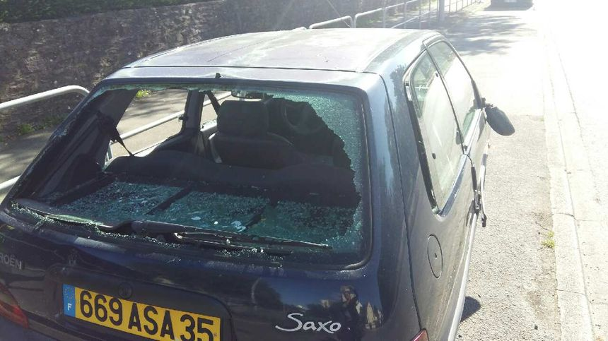 Des vitres de voitures brisées