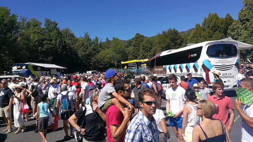 La foule Plaine Saint-Martin, près des bus des coureurs