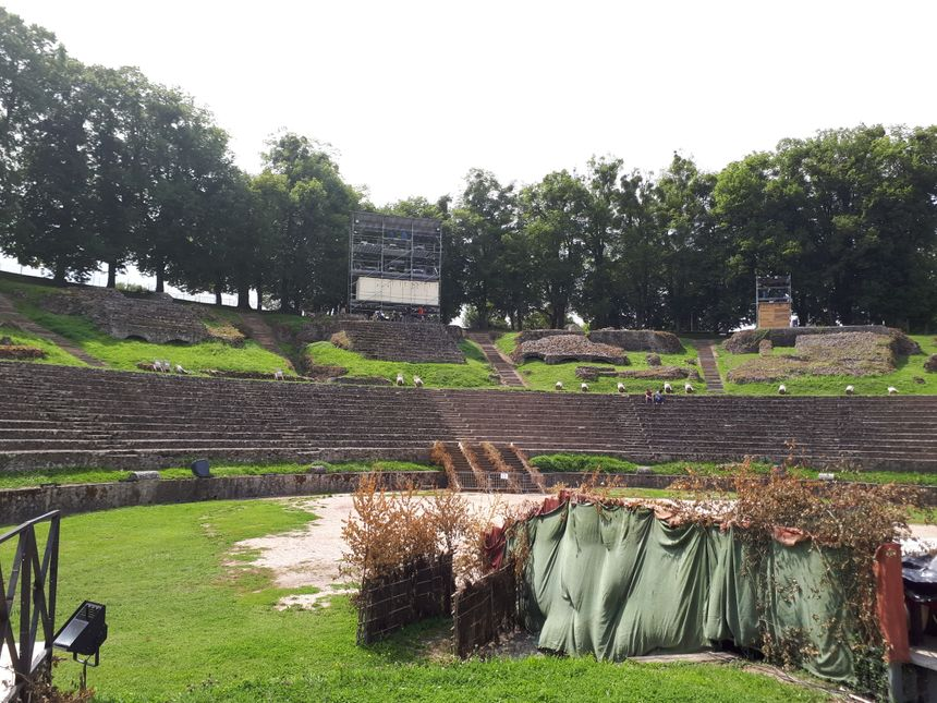 Le théâtre romain d'Autun peut accueillir 2 300 personnes.