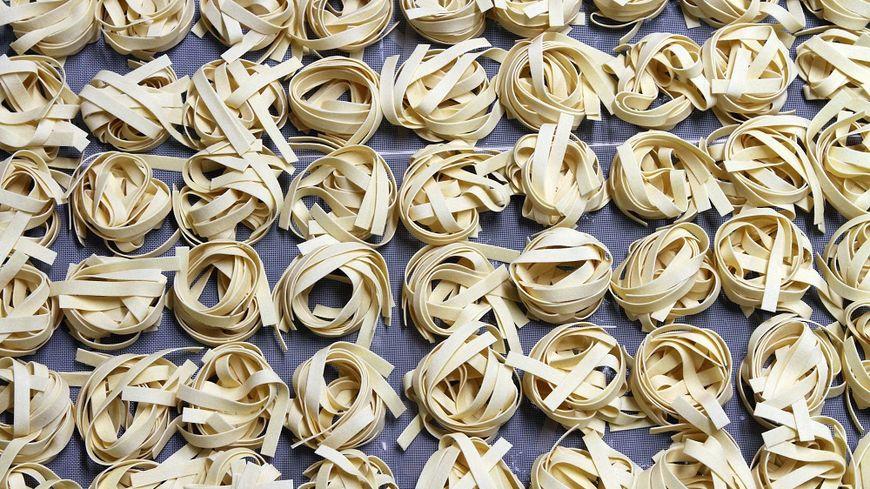 Des paquets de nids de pâtes contaminées au fipronil sont retirées du marché.
