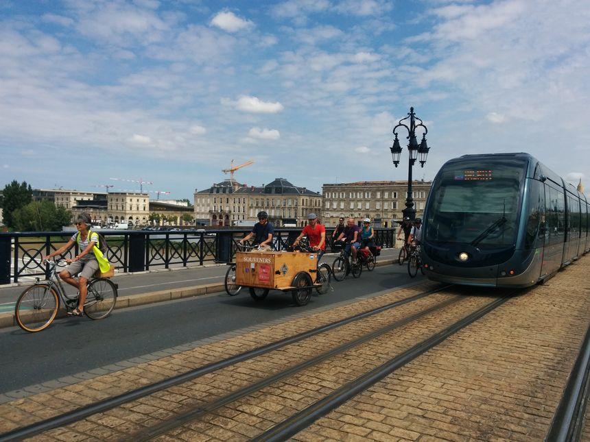 Les trams et les vélos cohabiteront désormais côte à côte sur le Pont de pierre