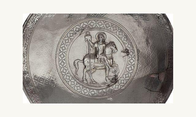 Plat représentant saint Julien Mar Elian protecteur de la ville d'Emèse actuelle Homs-Emèse Syrie VIIe siècle, Argent  martelé et gravé  Coll George Antaki Londres   G. Antaki et Axia Art