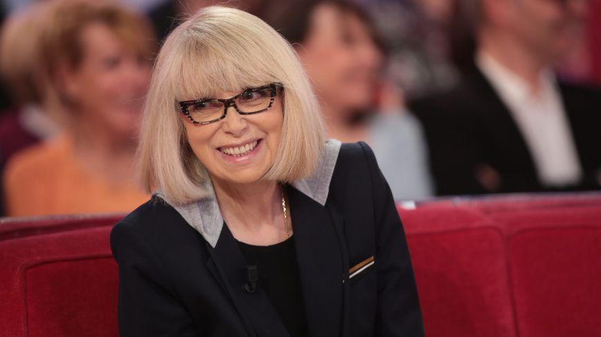 """L'actrice Mireille Darc dans l'émission """"Vivement Dimanche"""" sur France 2."""
