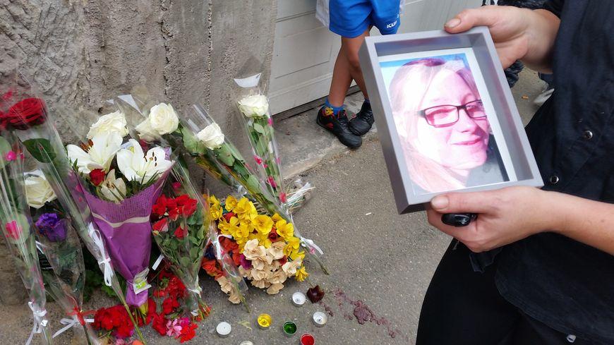 Sa famille et ses amis se recueillent devant la maison où Laura est décédée