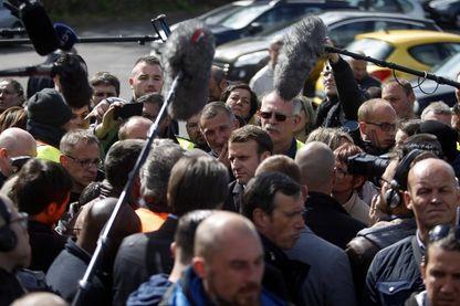 Emmanuel Macron (à son arrivée à l'usine Whirlpool d'Amiens, le 26 avril 2017, en pleine campagne électorale pour la présidence de la République